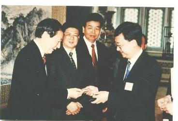 IARFP亚太区主席冼伟超教授与前国务院总理朱�F基先生(左一)合影